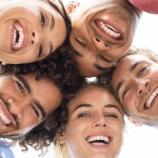 『【正論】アメリカ人「歯が黄ばんでたり黒ずんでいたり歯並びが悪いヤツは社会の底辺wwwwww」』の画像