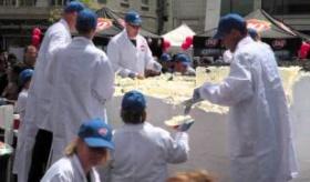 【世界の食】     世界最大の アイスクリームケーキ。   海外の反応