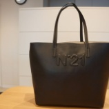 『N°21(ヌメロ ヴェントゥーノ)レザートートバッグ』の画像