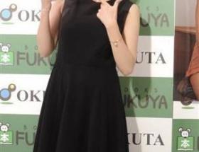 三津谷葉子(30)がEカップの手ブラショットに挑戦