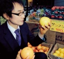 【画像】米もパンも野菜も断ち、水すら飲まない…3100日間フルーツだけで生きている男がこちら