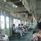 『電車に乗り込んだてっちゃん、リハ間に合わない』の画像