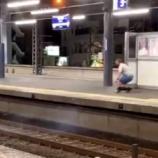 『【謎の爆竹男が出現】京阪電車守口市駅で通過する電車に爆竹を投げ込む怪しい男』の画像
