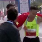 【動画】中国、マラソン優勝選手に無理やり中国国旗との写真を撮影!非難殺到 [海外]
