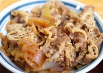 牛丼て牛肉と玉ねぎを甘辛く煮込んでご飯にかけて食べるだけやん