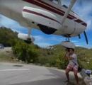 【動画】飛行機が観光客の手をかすめました!