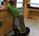 米政治家、息子が犬を踏む画像を投稿し批判殺到 「食ってないからいいだろ」と釈明し余計炎上