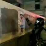 【動画】香港、警察=壁の「黒警」ポスターが剥がせない!いやいや、それ絵だから!w [海外]