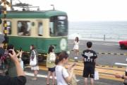 【バスケ】江ノ電の踏切が「スラムダンク」ファンの聖地化。アジア圏から殺到、電車が通過する度に撮影会。オーバーツーリズムの問題も