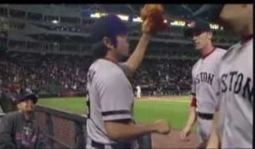 【野球】   レッドソックスの上原 のベンチでのタッチが強すぎる件。    海外の反応