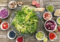 毎日カップラーメンとサラダだけ食べてたら太る?