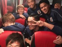 【 画像 】長友、槙野ら日本代表メンバーがバスの中でパシャリ!・・・渋い顔してるやつ誰だ?w
