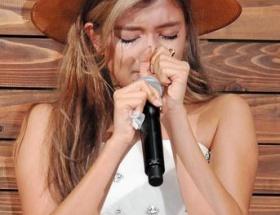 ローラ(25)オフィシャルファンクラブ発足記念イベントでなぜか号泣