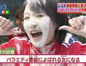 【悲報】アイドルがTVで鼻毛晒してダブルピースwwwwwwww