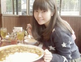 遠近法かな? 声優の竹達彩奈さん、特大カレーライスを前に不敵に微笑む