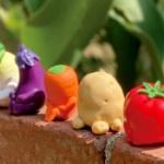 座って「まちぼうけ」している動物ガチャフィギュアシリーズに「野菜の場合」が登場!