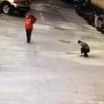 【動画】中国、また悪ガキがマンホールに「爆竹」落とし大爆発!ふっ飛ばされる! [海外]