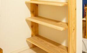DIYでリビングに「壁掛け本棚」