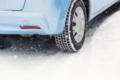 ノーマルタイヤでの雪道運転は法令違反
