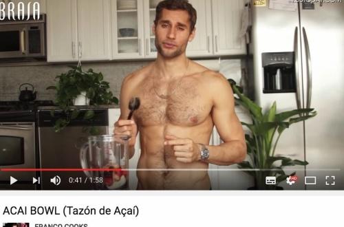 【朗報】裸エプロンで料理をするセクシーなyoutuberが話題に。元水泳選手でスタイル抜群のサムネイル画像