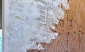 リビングの「漆喰塗り」を開始