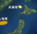 【コバンザメ】北朝鮮イカ釣り漁船、集魚灯がないので日本漁船のまわりで操業