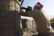 米軍兵士、クリスマスを祝っていたらタリバンが襲撃してきたのでサンタ姿で応戦