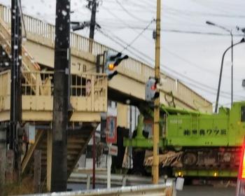【長岡市要町交通事故】トレーラーが歩道橋にひっかかり崩れる(現場画像あり)