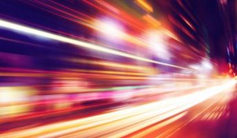 人間が光速で動いたら物理的なエネルギー量とかどうなるの?