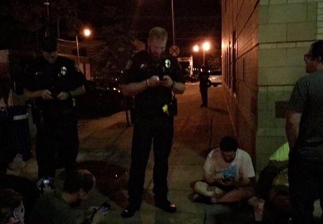 『ポケモンGO』到着した警官もその場でDLして遊ぶwwwwww