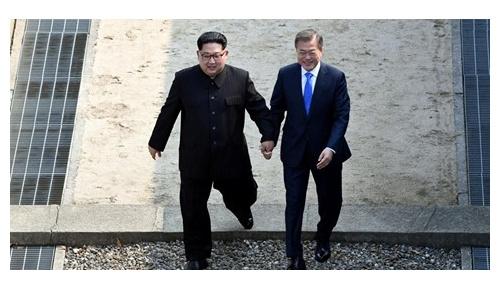 【南北首脳会談】金正恩と文在寅の手繋ぎサプライズが世界中で話題に