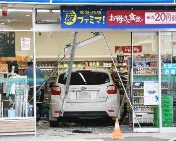 「ブレーキとアクセルを踏み間違えた」ファミマに女性の車が突っ込む(現場画像あり) 北九州市