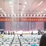 【動画】中国、大ホールで集会中に雨漏り!「中国の雨漏りは半端ない」がこちら~!