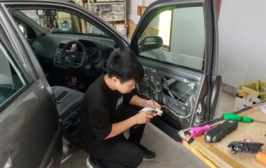 『スタッフが自分の車へ作業しています。』の画像