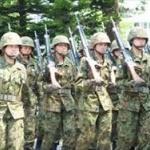 中国の軍人が国防省前で迷彩服の1000人デモ