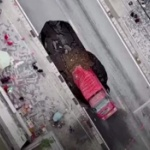【動画】中国、また道路が陥没!走行中のトラックがズボッと飲み込まれる!その瞬間 [海外]