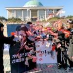 【韓国】また安倍首相を侮辱するパフォーマンス!今度は顔写真にお札をばら撒く! [海外]