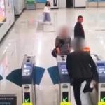 【動画】中国、夫婦喧嘩でカッとした夫が自動改札機を蹴って遮断ドアがバカになる! [海外]