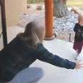 愛する孫が遊びに来た!玄関で再会のハグを求めたところ、子供の心は正直すぎた