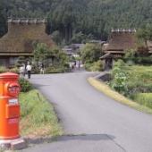 美山町かやぶきの里北村 旧式ポストとお地蔵さんが似合う昔話のような風景