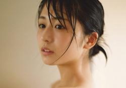 欅坂46の長濱ねるちゃんがバスタオル一枚でキメ細かい処女肌を公開!