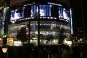 「東方神起」のLIVE映像が放送されている西武新宿駅前ユニカビジョンにファンが殺到!!wwwww
