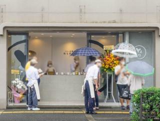 阪急茨木市駅ちかくにつくってたわらび餅専門店「とろり天使のわらびもち」がオープンしてる。雨でも列とだえなかった