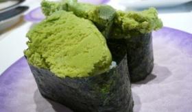 【日本の寿司】    日本の 回転寿司に アイスクリーム寿司が登場!?  抹茶アイス寿司に、バニラアイス寿司。・・・・日本よくやったぞ!!   海外の反応