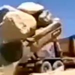 【動画】中国、巨岩を過積載のダンプカー、「やっぱり!」の結果になってしまう!