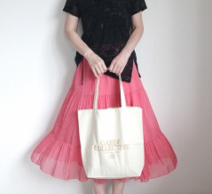 ピンクの軽量スカートは黒のシックなトップスに合わせる