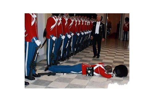 主人公「へー、このおっさんが国王なのかw」近衛兵「ぶっ!無礼者っ!」王様「ホッホッホッ」のサムネイル画像