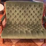 『コンパクトでおしゃれなクラッシックソファ・ブーツラブシート・ダニエル』の画像