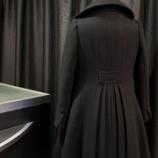 『店頭用のバックプリーツコートの仕上げ。』の画像