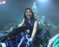 【朗報】本田翼さん(28)、クラウドのバイクに跨りご満悦